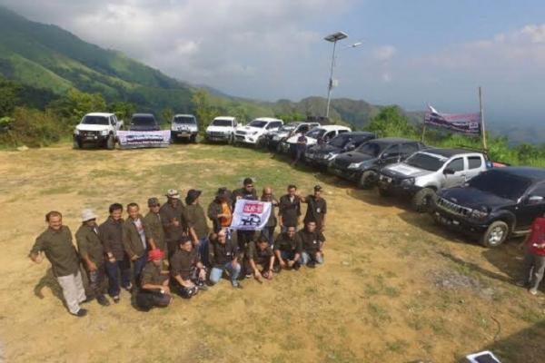 Komunitas pecinta mobil double cabin lakukan deklarasi di gunung. (Foto : Istimewa)