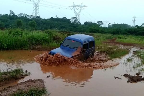 Suzuki Jimny paling mudah didandani untuk pemula offroad. (foto : boy prabowo)