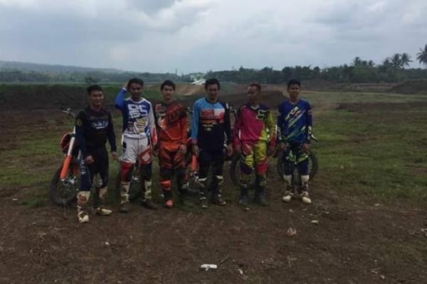 Para crosser tim Merah Putih melakukan persiapan di Malang di bawah asuhan Johny Pranata. (foto : Istimewa)