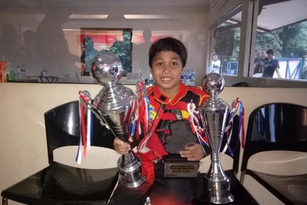 Daffa AB, membopong trofi kejuaraan dan pencetak waktu tercepat di kelasnya. (foto : budsan)