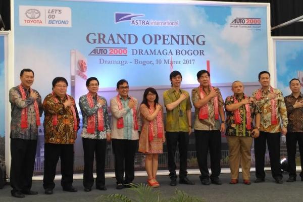 Wakil Presdir Toyota Astra Motor, Henry Tanoto (ketiga dari kiri) saat meresmikan outlet baru Auto2000 di Bogor. (foto : tam)