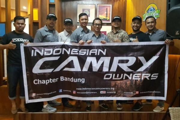 Para pengurus dan anggota komunitas Toyota Camry chapter Bandung yang baru. (foto : ria afriliani)