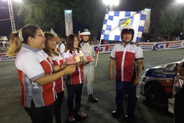 Masih pusing dan kliyengan, Arijanto ditodong untuk tiap lilin ulang tahun di Manahan, Solo. (foto : budsan)