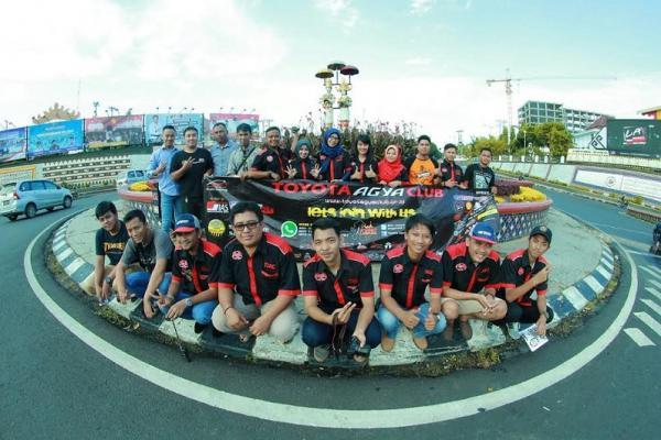 Komunitas Toyota Agya Lampung melakukan kampanye antinarkoba. (foto : ria afriliani)