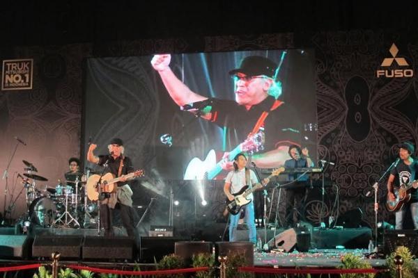 Iwan Fals sebagai Brand Ambassador Mitsubishi Fuso meriahkan acara di Surabaya. (foto : mtbs)