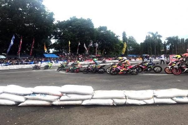 Kejurnas Motoprix di Purwokerto diserbu peserta. (foto : imi)