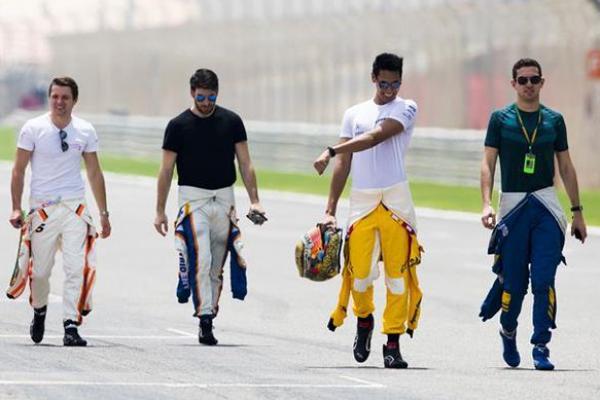 Sean Gelael (kedua dari kiri) sesaat setelah sesi foto di sirkuit Sakhir, Bahrain. (foto : F2)