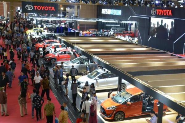 Booth Toyota memajang line up mobil paling banyak dan mencetak SPK terbesar di IIMS 2017. (Foto : tam)