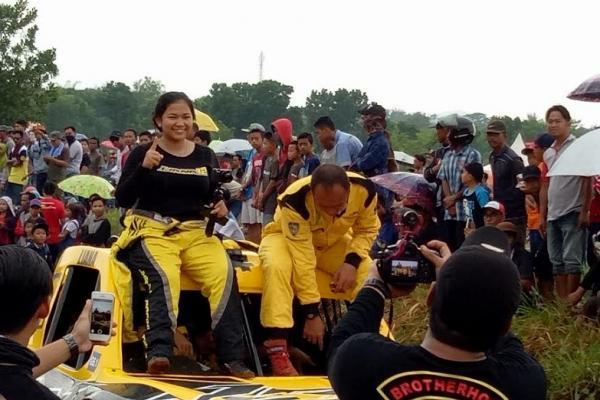 Liana, offroader wanita asal Batulicin siap berkiprah di sirkuit Paramount Land, Serpong. (foto : budsan)
