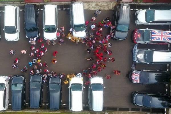 Para komunitas mobil Velocity melakukan kegiatan lestarikan budaya Bewati. (foto : ria afriliani)