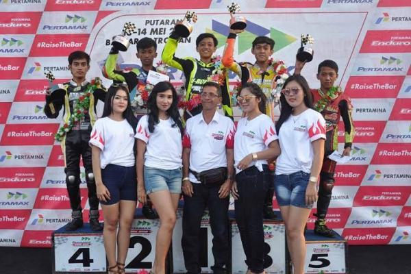 Jamal Sungkar (ketua pelaksana Para pemenang Drag Bike Pertamax Motorsport di seri Banjar Patroman, Jawa Barat. (foto : ptm)