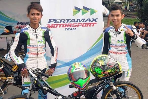 Dicky GA dan Bayu Ucil  memborong trofi kejuaraan di drag bike Cimahi. (foto : ptm)