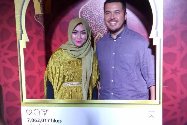 Rifat Sungkar melayani permintaan foto penggemarnya dengan suka cita. (foto : budsan)
