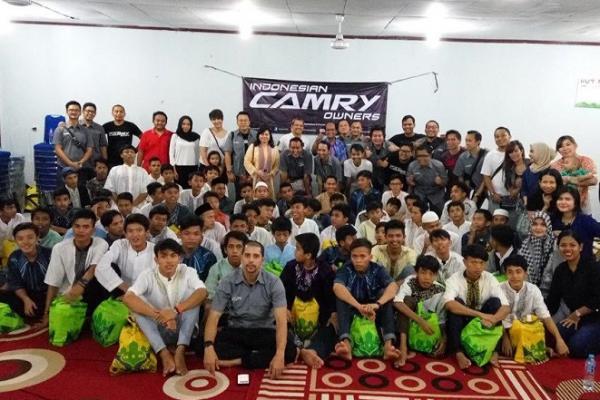 Indonesian Camry Owners lakukan kegiatan bukber bersama komunitas. (foto : ria)