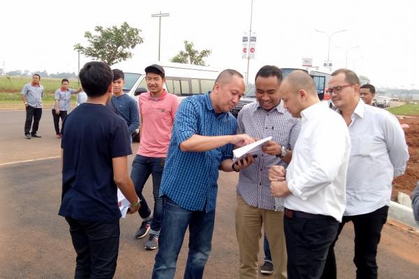 Alvin Bahar (kaos biru) dan beberapa pebalap lain tengah berdiskusi seputar lay out BSD City GP. (foto : budsan)