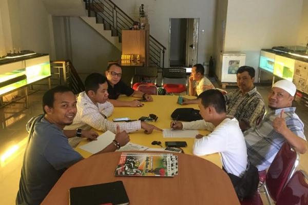 Suasana rapat untuk sukseskan reli wisata di Aruk, Kalimantan Barat. (foto : deny)
