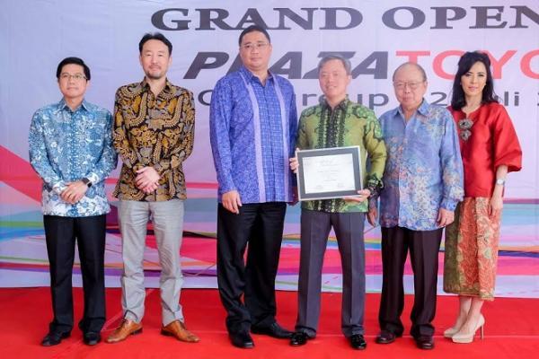 Manajemen PT Toyota Astra Motor bersama dengan pengelola dealer Toyota di Citeureup, Bogor. (foto : TAM)