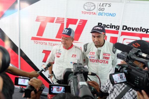Haridarma Manoppo (kanan) bersama Manager TTI, Memet Djumhana