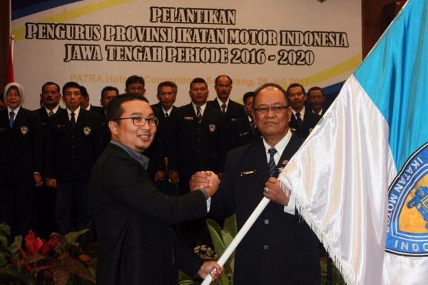 AKBP Kadarusman menerima petaka dari Ketua Umum IMI Pusat, Sadikin Aksa di Semarang