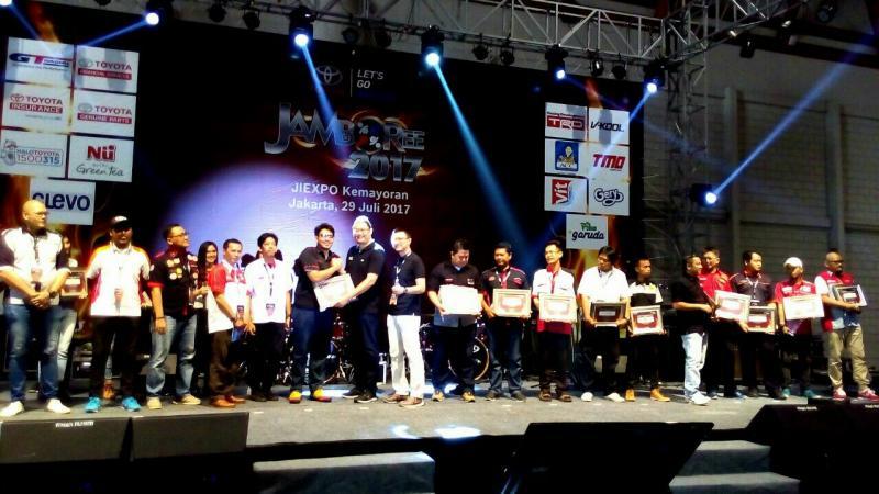Para peserta Jambore satu Dekade dan manajemen Toyota Astra Motor (foto : derry journey)