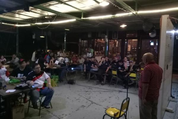 Pimpinan Umum mobilinanews.com, Rio Sarwono menyapa teman-teman komunitas roda empat  di Joglo Beer. (foto : budsan)