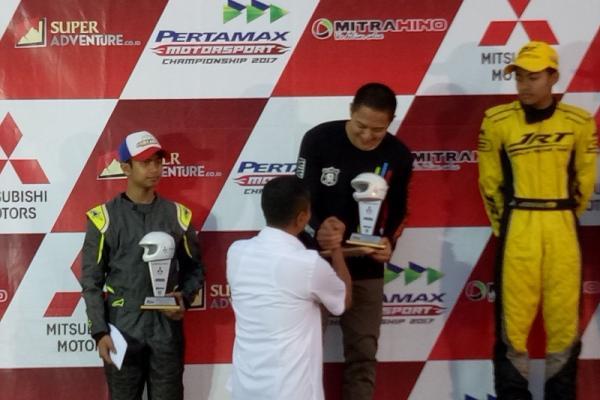 HM  Rihan Variza tengah menerima trofi Kejurnas Speed Offroad di Paramount, Serpong. (foto : budsan)