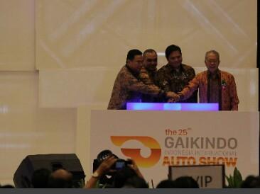 Menperin Airlangga Hartarto bersama para petinggi Gaikindo saat membuka GIIAS 2017