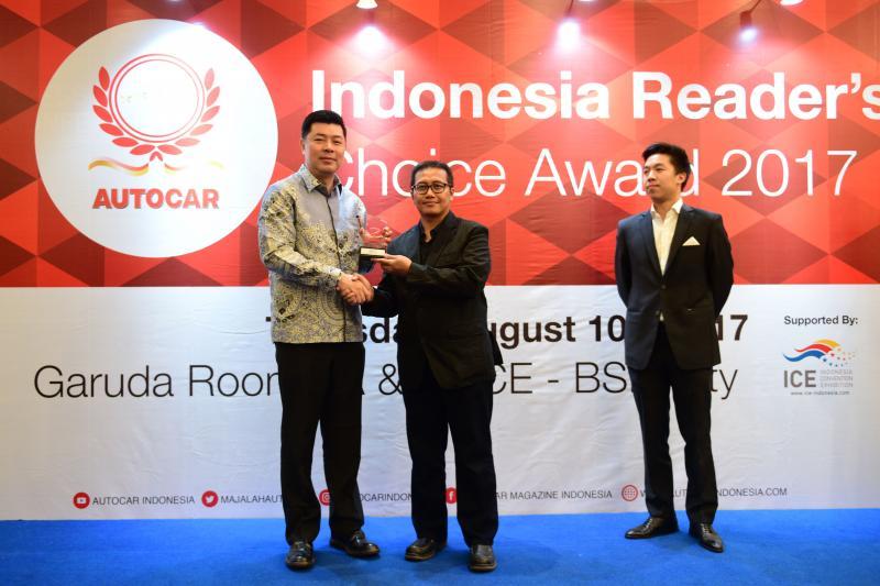 Jonfis Fandy terima award dari Octo Budiarto, Pimpinan Redaksi Autocar