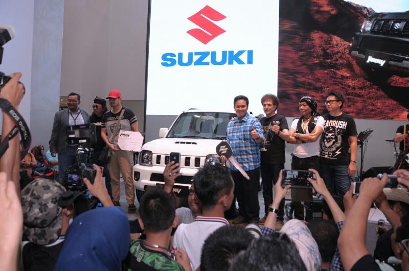 Para petinggi Suzuki bersama God Bless yang sama sama melegenda dengan Suzuki Jimny