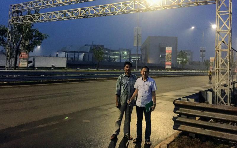 Irawan Sucahyono dan Anton dari Evalube sebagai sponsor mejeng di garis start. (foto : budsan)