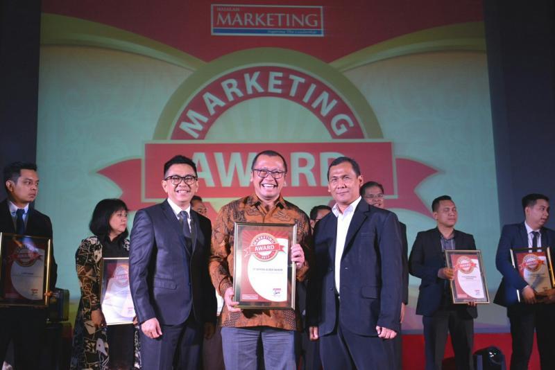 Rouli Sijabat, Head of Public Relation Toyota Astra Motor bersama penghargaan yang diterima