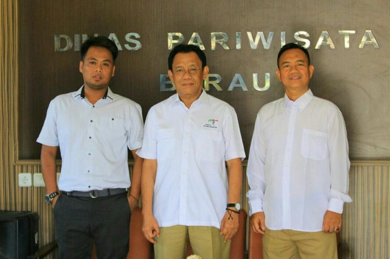 Indra Teguh (kiri) bersama Kadis Pariwisata dan Kadis Padar Berau