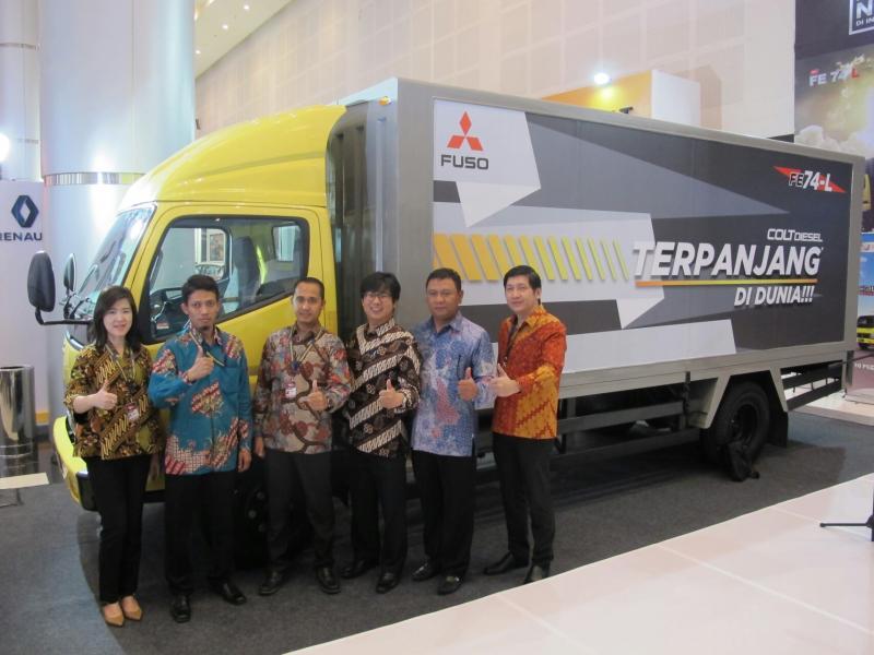Mitsubishi Colt Diesel terpanjang dipajang di Surabaya