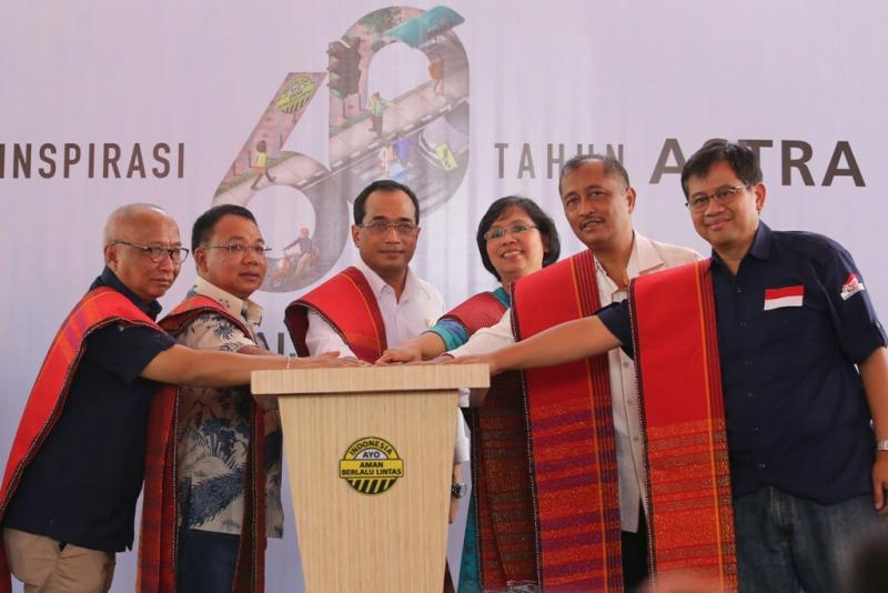 Menhub Budi Karya Sumadi (tengah) bersama Pongki Pamungkas dari Astra International Tbk di Binjai. (Foto : Astra)