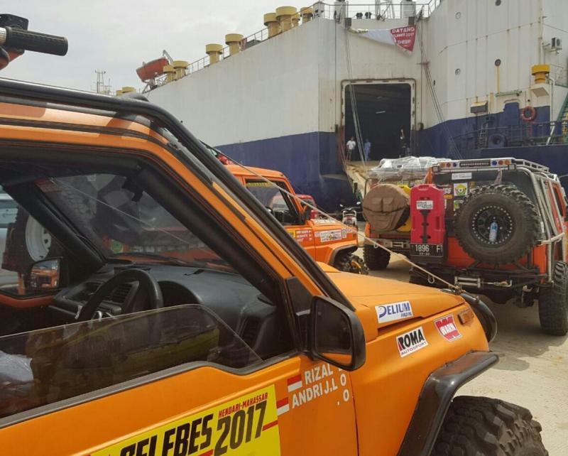 Kendaraan peserta IOX Celebes siap menyeberang menuju Sulawesi