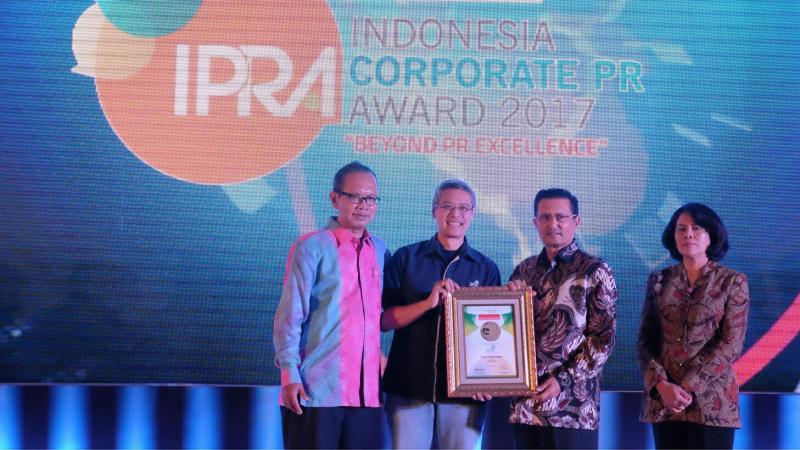 Iwan L Pranoto dari Asuranti Astra saat menerima penghargaan di Jakarta