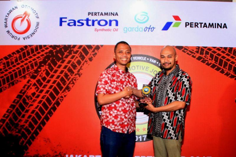 Yulian Karfili dari Honda Prospect Motor terima penghargaan dari Indra Prabowo, Ketua FORWOT