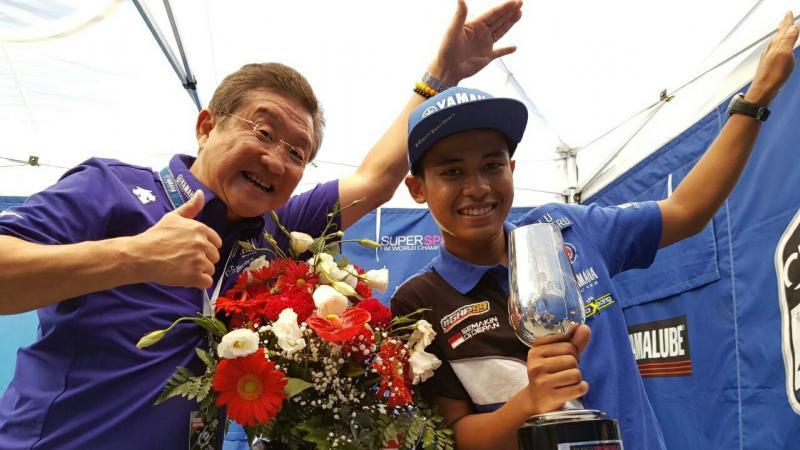 Galang Hendra bersama Morimoto, bos besar Yamaha Jepang. (foto : Yamaha)