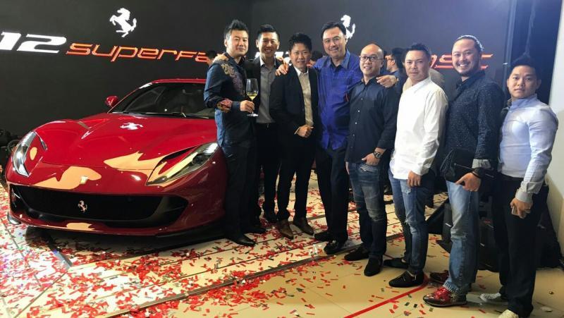 Manajemen Ferrari Indonesia bersama unit Ferrari terbaru. (foto : ria)