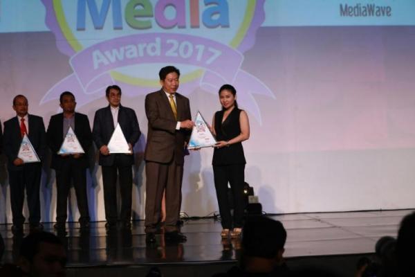 Putri Sudali selaku Head of IMCC PT Multistrada Arah Sarana Tbk menerima award untuk ban motor Corsa (ist)