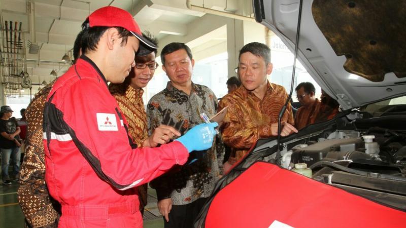 Para BOD PT MMKSI saat peresmian Mitsubishi Service Caravan di dealer Alam Sutera Tangerang. (foto : budsan)
