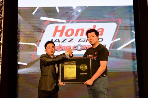 Jonfis Fandy, Marketing and After Sales Service Director PT Honda Prospect Motor (kanan) menerima penghargaan dari Rekor Otomotif Indonesia (ROI)