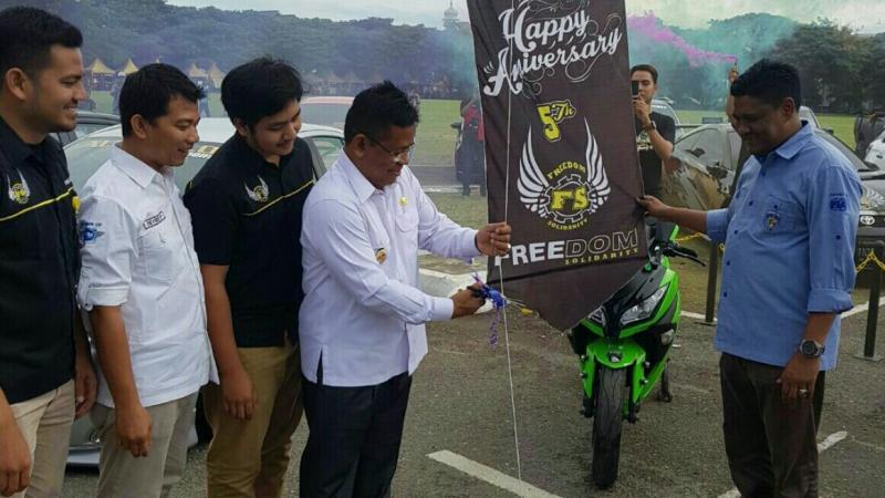 Walikota Banda Aceh dan Ketum IMI Aceh membuka Car Meet Up (foto : anton)