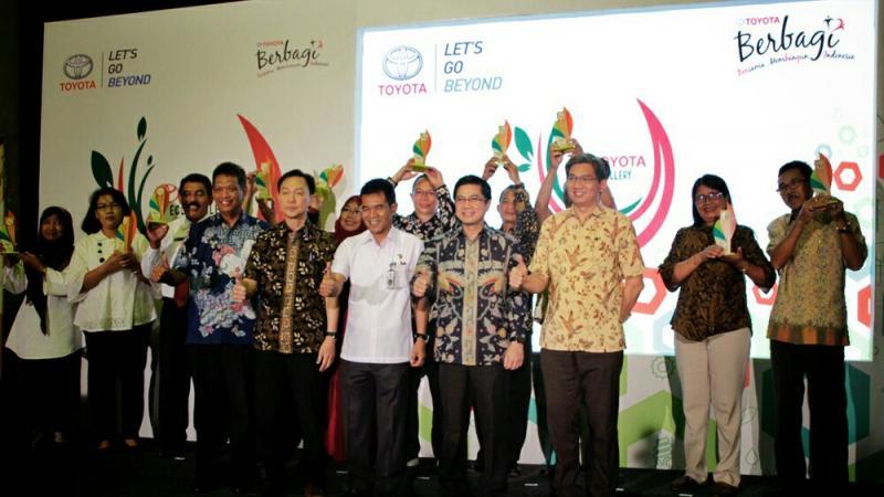 Manajamen Toyota Astra Motor meresmikan Eco Gallery di sebuah SMA di Surabaya. (foto : TAM)