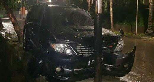Toyota Fortuner 2.5 G AT saat menabrak tiang listrik di Permata Hijau, Jaksel. (foto : twitter KompasTV)