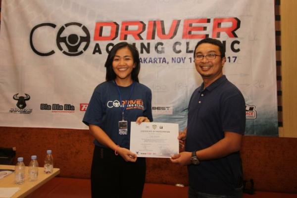 Sadikin Aksa menyerahkan sertifikat kepada Lody Natasha, satu-satunya peserta wanita. (foto : IMI)