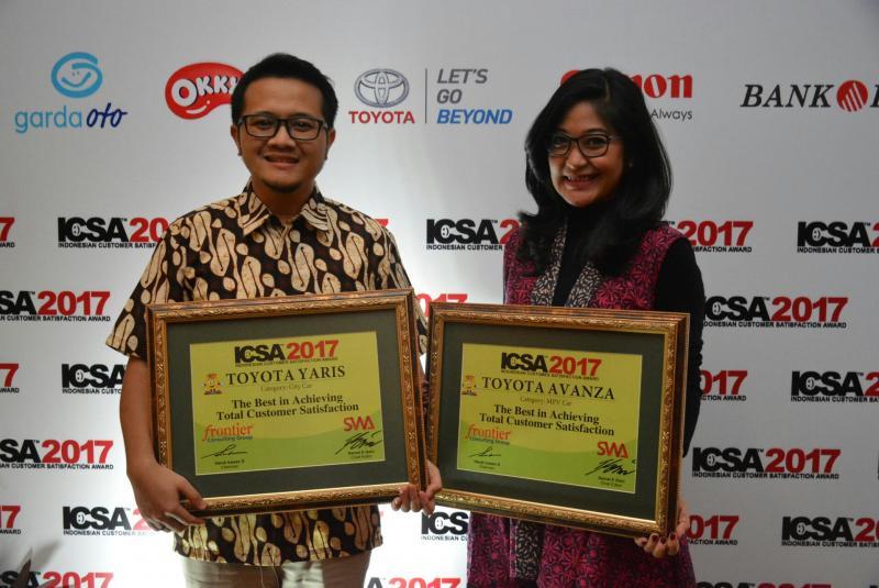 Dwi Apriani Astuti dan Dimas dari divisi public relations PT Toyota Astra Motor dengan penghargaan ICSA 2017. (foto : TAM)