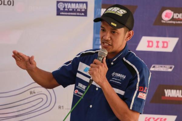 Rey Ratukore sedang memberikan materi coaching clinic kepada rider pemula peserta Yamaha Cup Race (YCR) 2017 seri final Solo (ist)