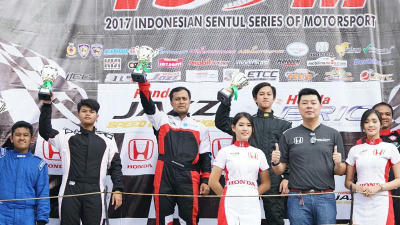 Moh Arief Hidayat juara Honda Brio Speed Challenge salah satu yang panen hadiah. (foto : HPM)