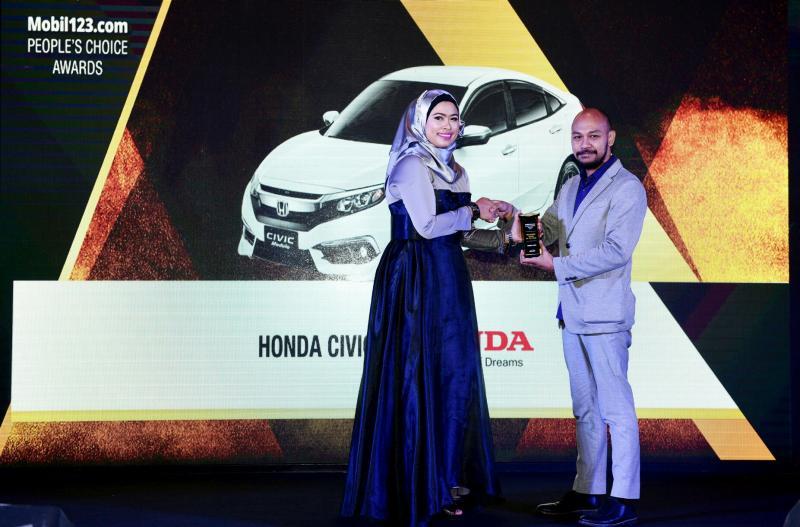 Yulian Karfili dari Honda Prospect Motor saat menerima penghargaan. (foto : hpm)